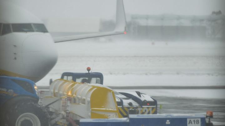 Снегопад парализовал столичные аэропорты
