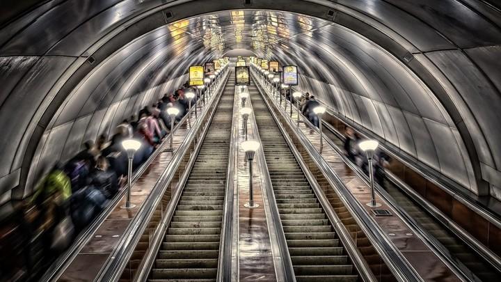 В метро Санкт-Петербурга запретили самостоятельно перемещаться с детской коляской