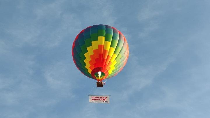 Воздушный шар запустили в небо над Нижним Новгородом, чтобы поздравить медиков