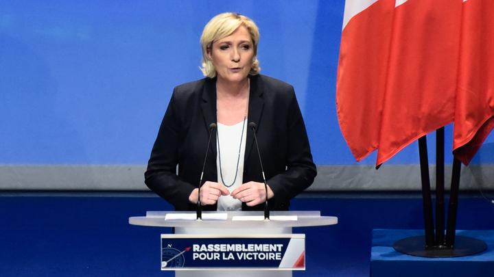 Марин Ле Пен в один день избавилась и от названия партии Национальный фронт, и от отца