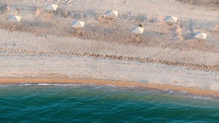 Из-за сильного ветра дно Азовского моря оголилось на два километра: видео