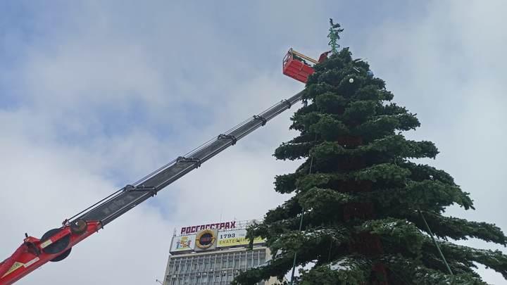 Вот и сказочке конец: На Главной площади Краснодара начали разбирать новогоднюю елку