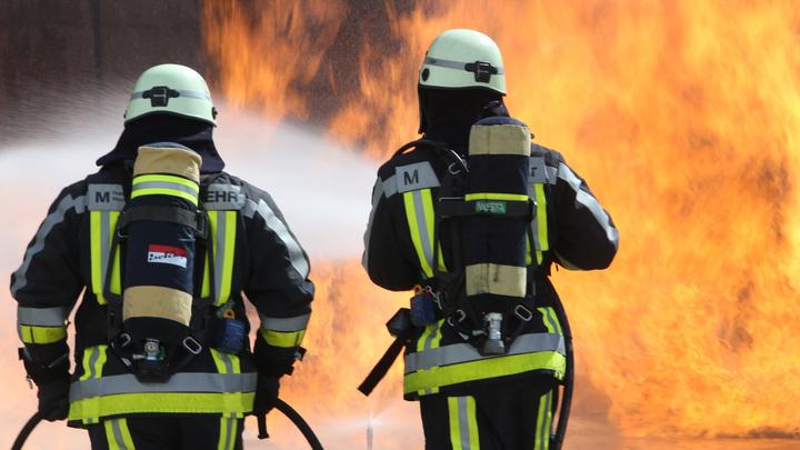 Опубликовано видео падения человека из горящего ТЦ в Кемерове