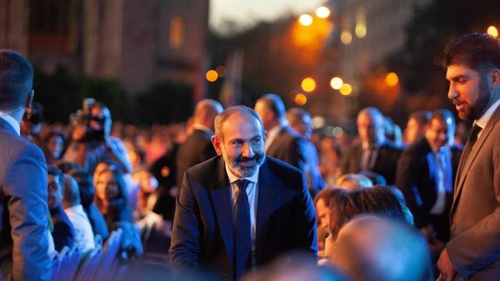 Кортеж премьера Армении Пашиняна устроил ночной дрифт - видео
