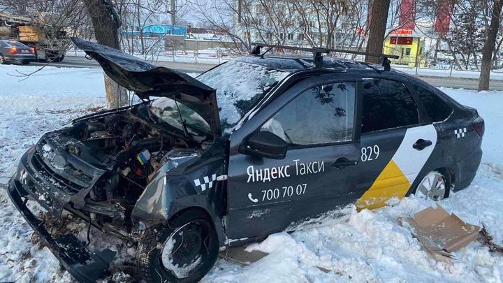 Две девушки попали в аварию на такси в Челябинске
