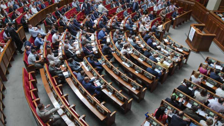 «ЕС и НАТО нас не ждут»: Украинскую конституцию сравнили со школьной тетрадкой