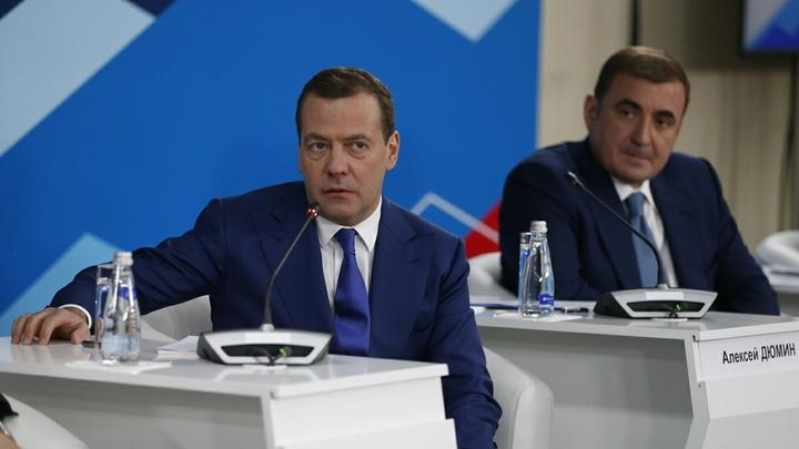 Очень хочу остаться: Медведев посылает Путину невербальные сигналы