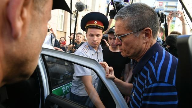 Улюкаев, вымогая взятку в 2 млн долларов, советовал Сечину «не ссориться с министром» - СМИ