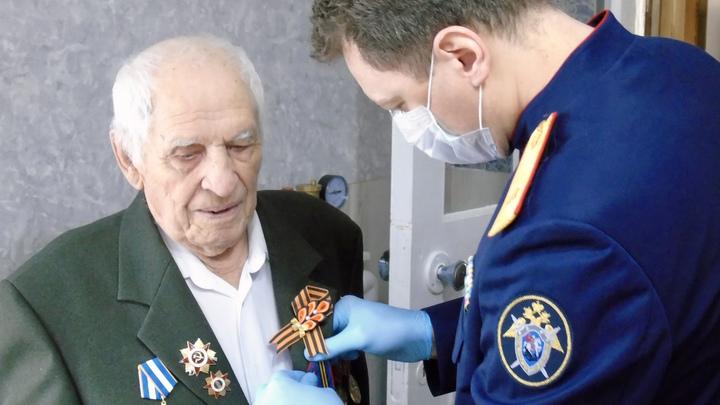 И.о руководителя краевого следкома Андрей Маслов вручил медаль 100-летнему ветерану