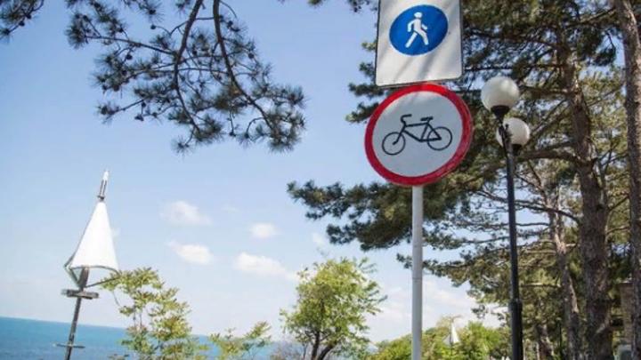 В Анапе запретили кататься на велосипедах по набережной