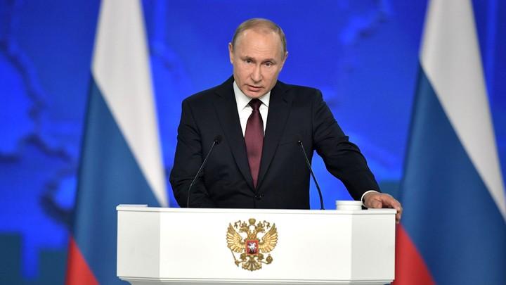 В попытке занять место поближе к президенту России один из гостей послания упал на пол - фото