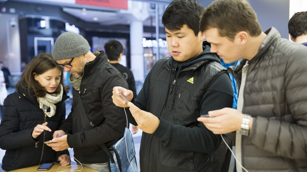 Еще один недочет: ВладельцыiPhone X выстраиваются в очереди в сервисных центрах