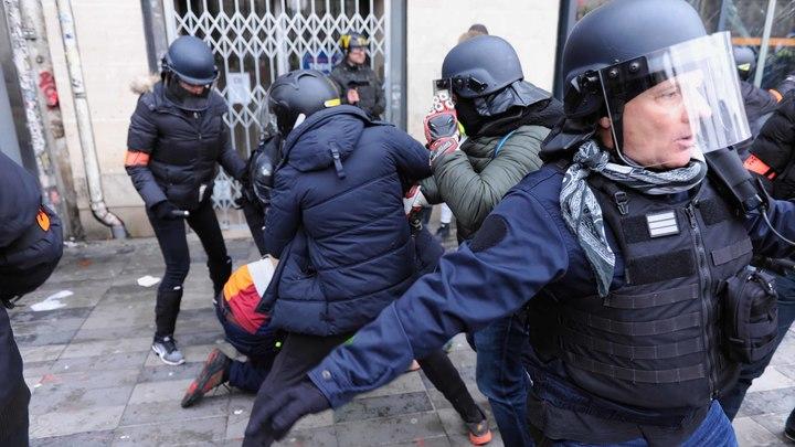 Париж снова полыхает: Полиция Франции применила газ для разгона членов профсоюзов и желтых жилетов