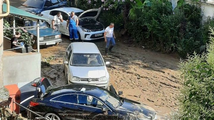 Расчищают 300 человек: Появились кадры последствий потопа в Сочи