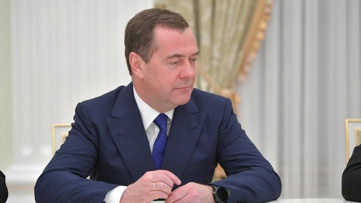 Завет Медведева не уходить в офлайн восприняли неоднозначно: Ради такого же загара?