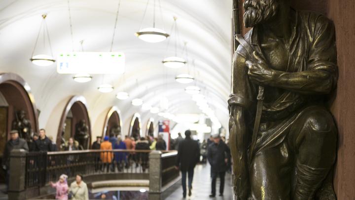 ЧП в московском метро: Пассажир упал на рельсы, движение поездов остановлено