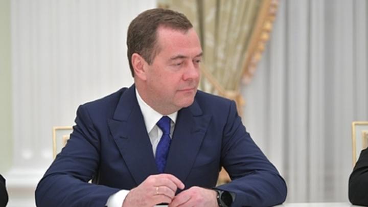 Уже и трубку поднял, но: Медведев оказался в центре внимания журналистов кремлёвского пула