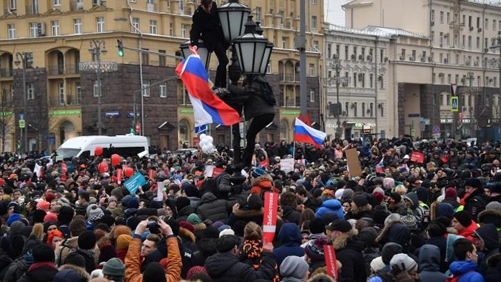Но на улицы не пойдут: Большинство жителей России стабильно одобряют Путина и не одобряют Медведева – опрос