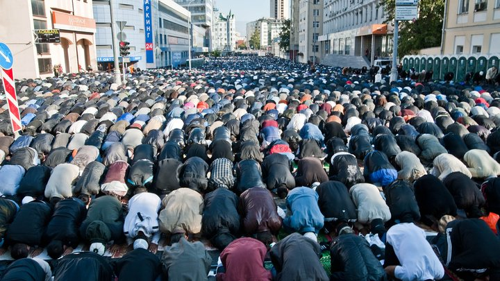 У Соборной мечети в Москве собрались десятки тысяч мусульман