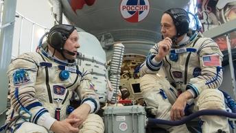 Россия не продается: Российские космонавты отказались менять зеленые щи на гамбургеры