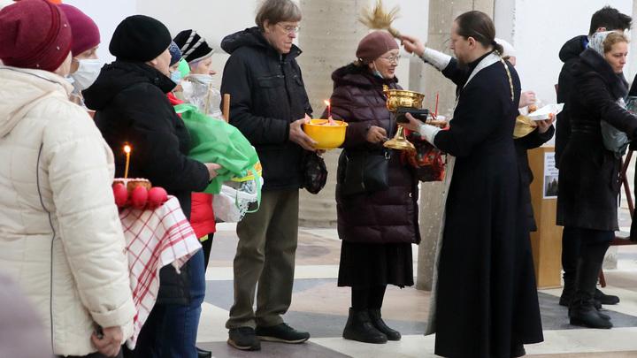 В храмах Санкт-Петербурга началось освящение пасхальных куличей и яиц