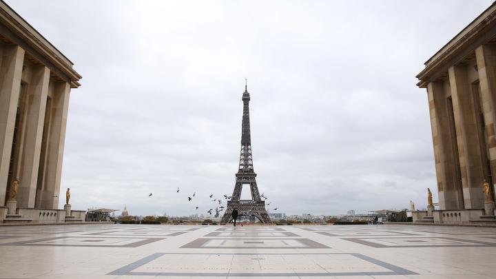Париж сбегает от карантина: Франция по примеру Москвы ввела цифровые пропуска на время локдауна