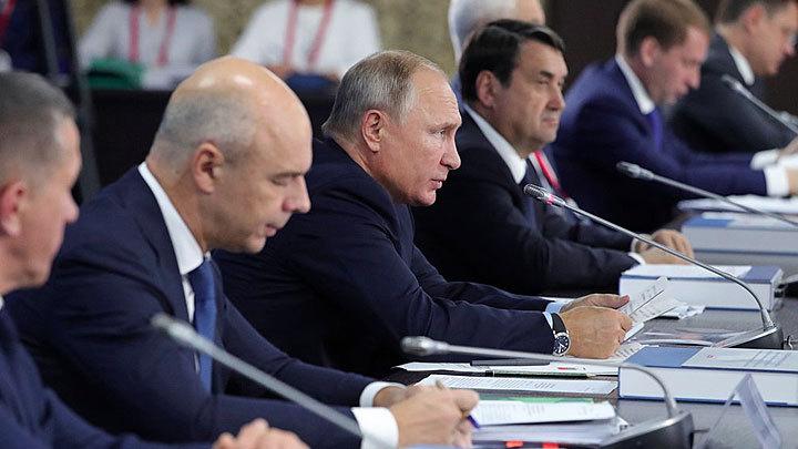 Путин устроил разнос правительству и отправился строить танкер