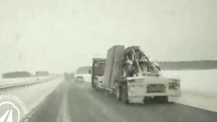В Челябинской области на трассе М–5 Opel столкнулся с панелевозом, погибла женщина