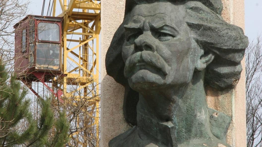 Памятник Горькому в ночь на 31 июля вывезут из парка Музеон