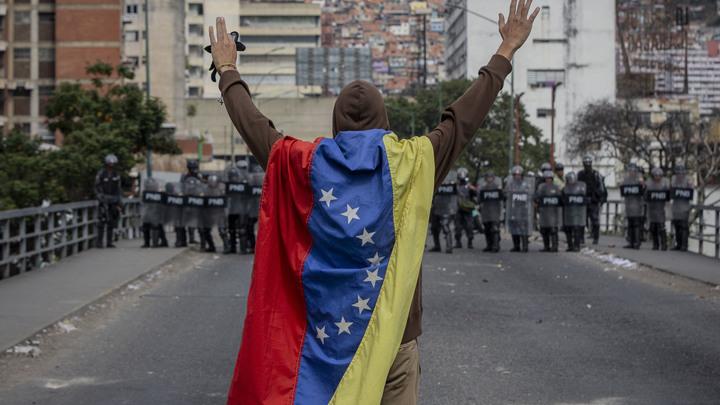 Демонстранты в Венесуэле начали закидывать Нацгвардию камнями и бутылками, гвардейцы применили газ. Видео