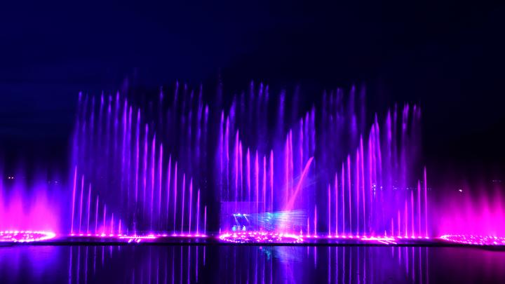 В городе на Неве снова танцуют светомузыкальные фонтаны