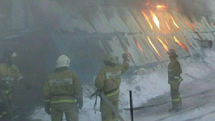 В горящем ТЦ в Кемерове рухнула крыша, внутри здания заблокированы люди