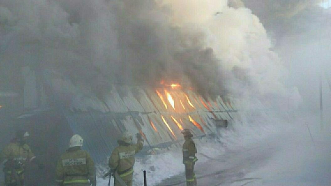 В Ленинградской области несколько часов тушили пожар на лесопильном заводе