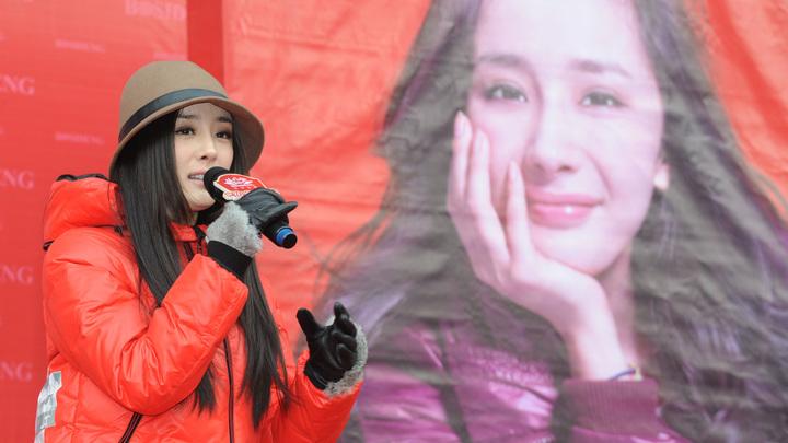 Китайская блогер-стомиллионник порвала с Versace из-за майки Гонконг - это Гонконг