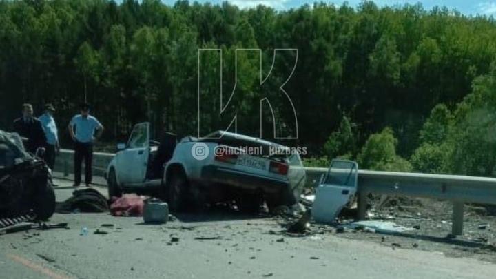 У автомобиля снесло  крышу после ДТП на кузбасской трассе