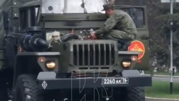 Во время парада в Кемерове загорелся военный грузовик