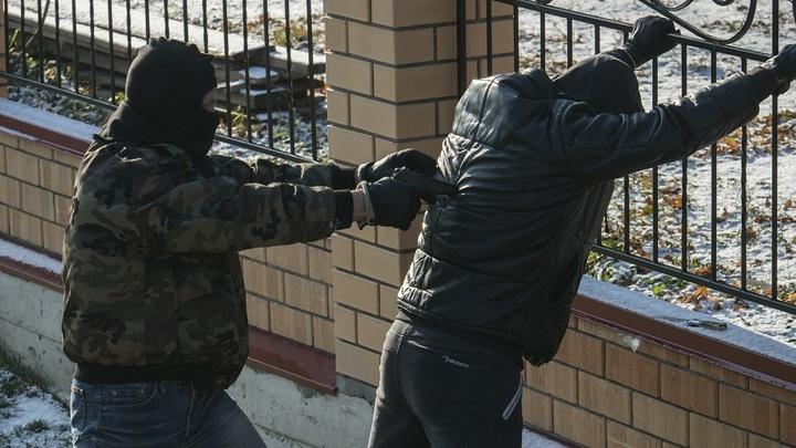 Таскал добро из гаражей через подкопы: Вора-крота задержали в Новошахтинске