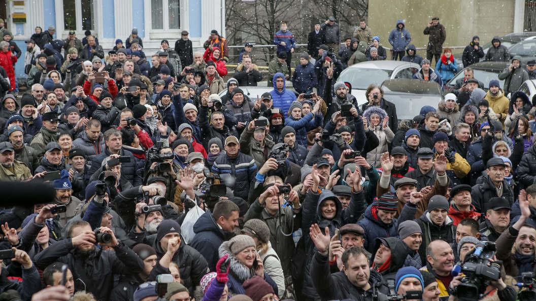 11 полицейских и 2 активиста: При поиске Саакашвили в палаточном лагере пострадали люди