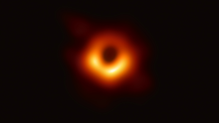 Око Саурона или космический бублик? Соцсети рассматривают первое в истории фото чёрной дыры