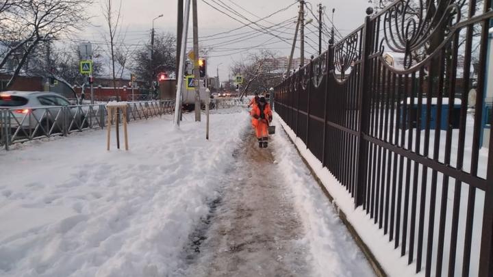Тротуары, остановки и переходы Краснодара обрабатывают противогололедными материалами