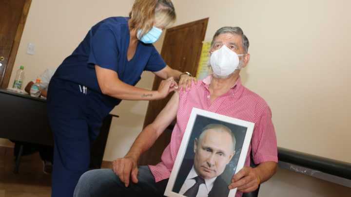 На что способны русские… : Привившийся с портретом Путина в руках мэр объяснил поступок