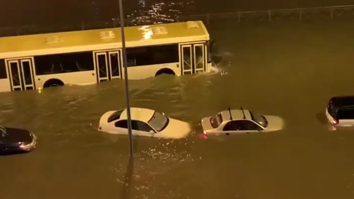 Озеро после дождичка: В Петербурге вода вновь поглотила машины на улице Парашютной