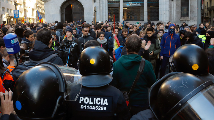 Жесткие столкновения в Барселоне: В схватке полиции и протестующих пострадали журналисты - видео