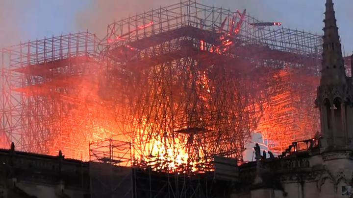Погибли в пожаре? Терновый венец и крест Иисуса Христа в объятом пламени соборе