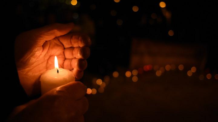 Столица скорбит вместе со всей Россией: Москвичи собрались на митинг свечей- прямая трансляция