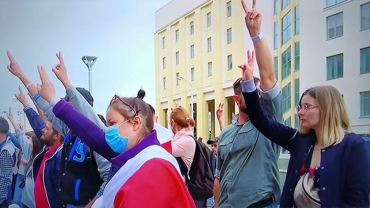 Лавину провокаторов минские силовики сдерживают стрельбой. Пока в воздух