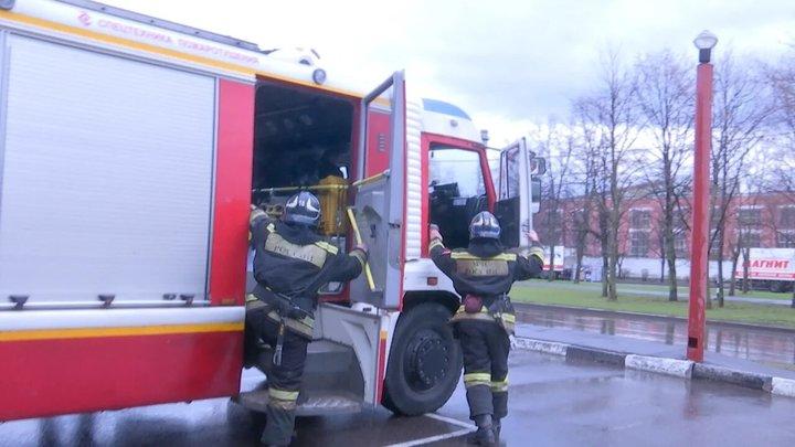 Привычное дело: Пожарным после смены приходится раздеваться при помощи молотка и топорика