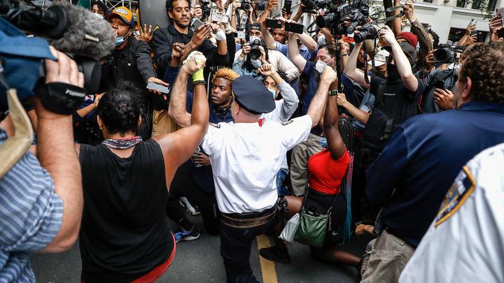 В США протестующие подожгли дом с ребёнком. Шеф полиции не смог справиться с эмоциями