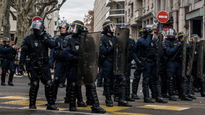 Полиция Парижа обстреляла демонстрантов газовыми гранатами, но сама попала в ловушку