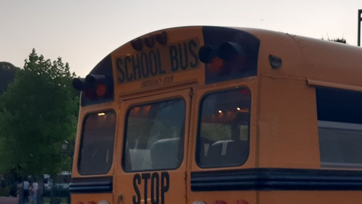 Группу сторонников Пашиняна привезли на митинг на американском школьном автобусе
